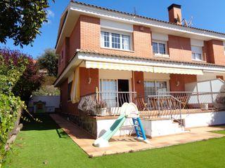 Casa pareada  La vinya. Casa esquinera con jardín