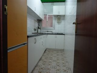 Piso  C/mila i fontanals. Conservado con patio y local