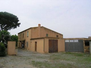 Country house in Pals. Casa con terreno 9000 m2